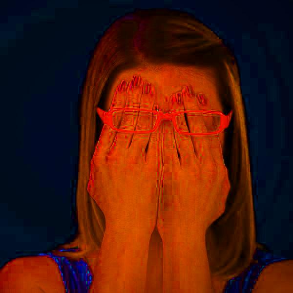 Девушка краснеет, смущается